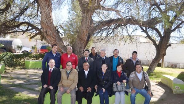 Los integrantes del Ayuntamiento de Vicente Guerrero, con los funcionaros judiciales en el terreno que se donó para el Juzgado Mixto.
