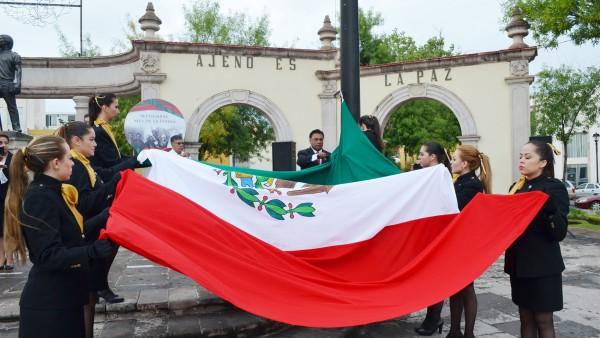 Momentos en que el Presidente del Poder Judicial, Apolonio Betancourt Ruíz, lleva a cabo el izamieneto de bandera.