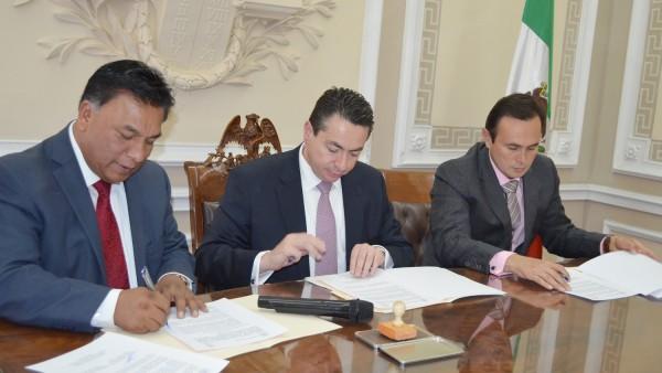 Momentos en que los presidentes de los pdoeres judiciales de Durango y Puebla, firman el convenio para agilizar los exhortos judiciales.